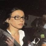 Sob protestos, mulher de Sergio Cabral chega a seu apartamento no Leblon