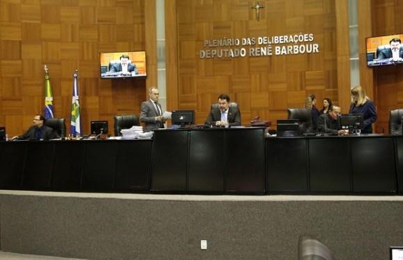 Projeto prevê desconto de R$ 800 de deputados por cada falta em sessão, mas isso é no MT