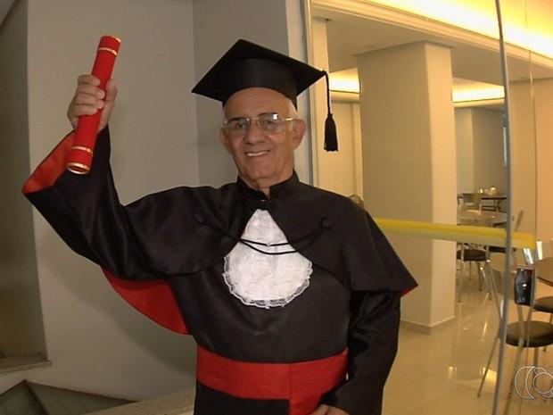 Aos 78 anos, eletricista realiza sonho de se formar em direito: 'Feliz demais'