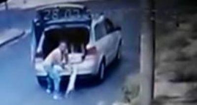 Mulher é presa ao ser flagrada abandonando cachorro na rua; assista