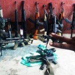Tráfico manda foto de arsenal para desafiar polícia no Rio