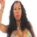 Inês Brasil é flagrada introduzindo microfone em partes íntimas durante show