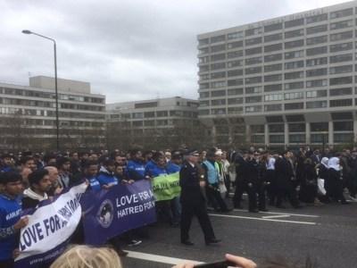 Polícia e muçulmanos dão as mãos em ato para lembrar ataque em Londres