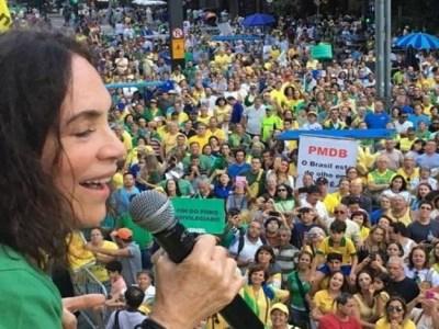 Atriz Regina Duarte xinga Lula e Dilma de ladrões e vagabundos em protesto