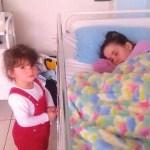 Mãe acorda após sete anos em coma e finalmente conhece a filha