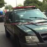 Algemado, criminoso toma arma de policial e atira contra ele dentro de viatura em SP