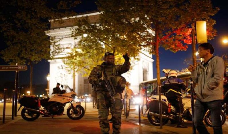 Mais tiros são disparados perto da Avenida Champs Elysées, diz policial