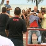 Ciclista é agredido ao xingar e atacar manifestantes em Vitória; veja vídeo