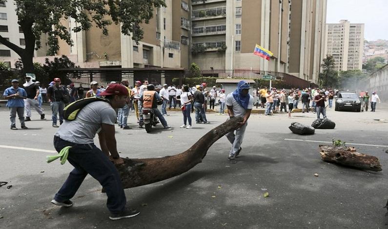 Jovem morre durante protestos contra e a favor do governo venezuelano