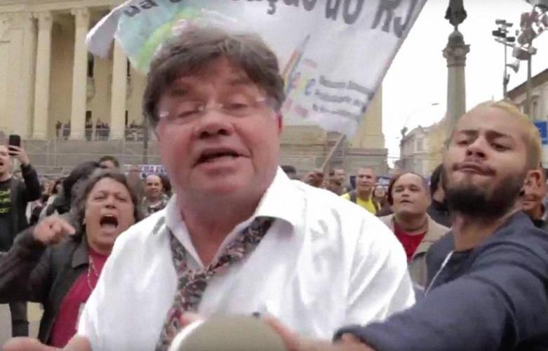 Humorista Marcelo Madureira é agredido em ato no centro do Rio