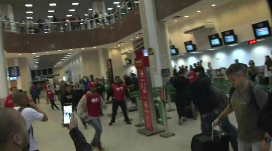 Manifestantes entram em confronto no aeroporto Santos Dumont; veja imagens