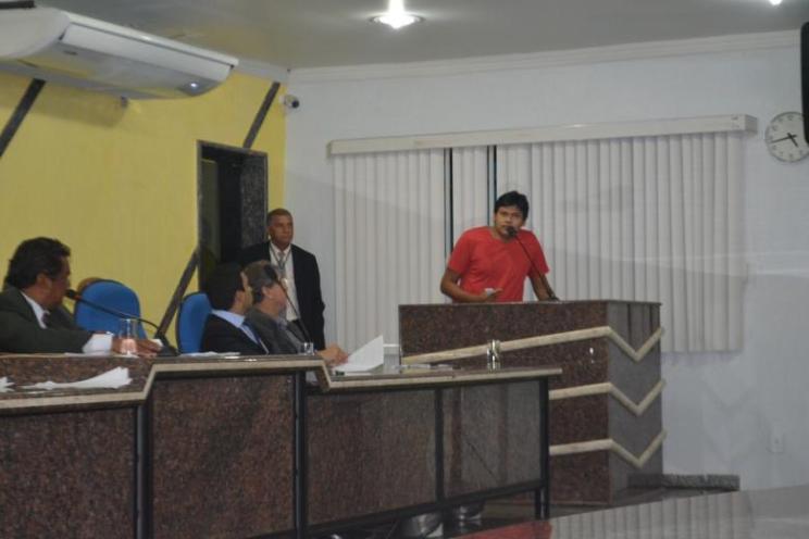 Valdemir Barabada Coeryn, na tribuna, diz que 98% dos índios formados estão desempregados (Foto: Toni Francis/G1)