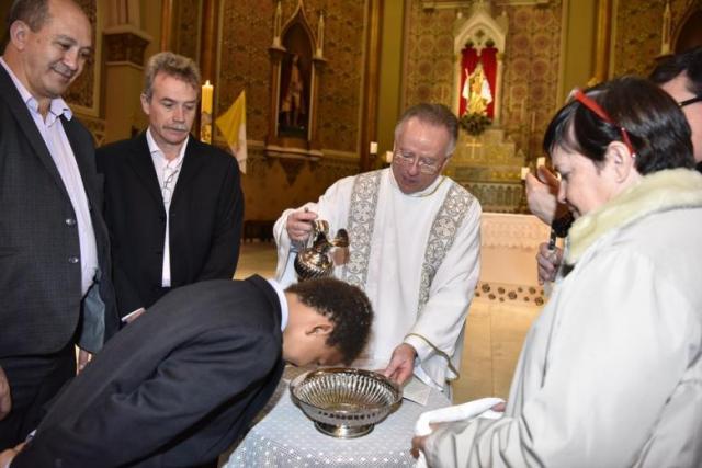 Padre batiza um dos filhos do casal (Foto: Arquivo pessoal)