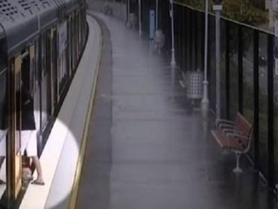 Criança cai em vão de estação de trem e desaparece, antes de ser resgatada; vídeo