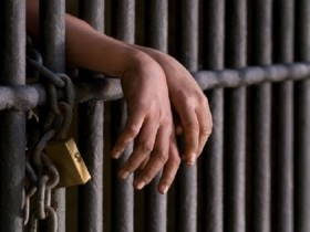 Após menina ser estuprada em presídio, Amazonas limita a um dia por mês visita de crianças aos pais presos