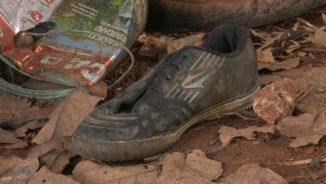 Sapato foi achado no local onde jovens foram mortos em chacina (Foto: José Manoel/Rede Amazônica)