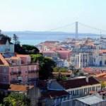 Avião cai em Portugal perto de supermercado e deixa 4 mortos