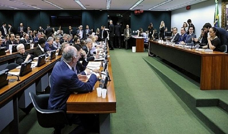 Reforma trabalhista é aprovada em comissão; veja como cada deputado votou