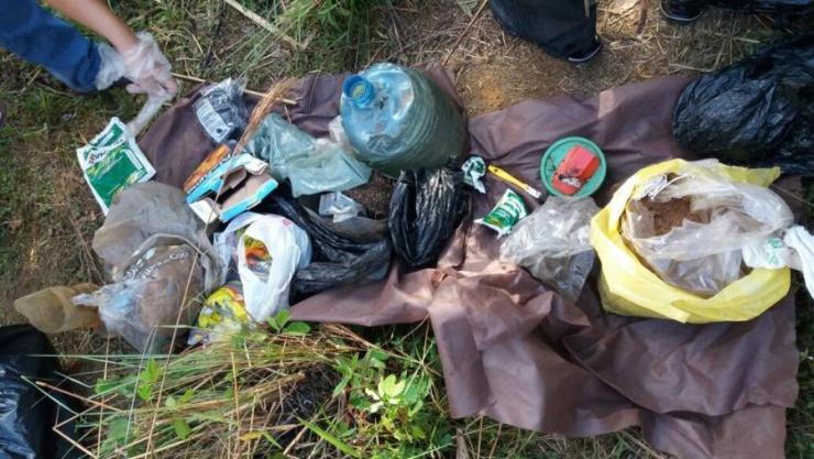 Garrafas PET, adubo e veneno achados juntos com plantação de maconha na UnB (Foto: Polícia Civil/Divulgação)