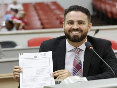 Obrigatoriedade de interprete de LIBRAS em sessões plenárias é proposta por Léo Moraes