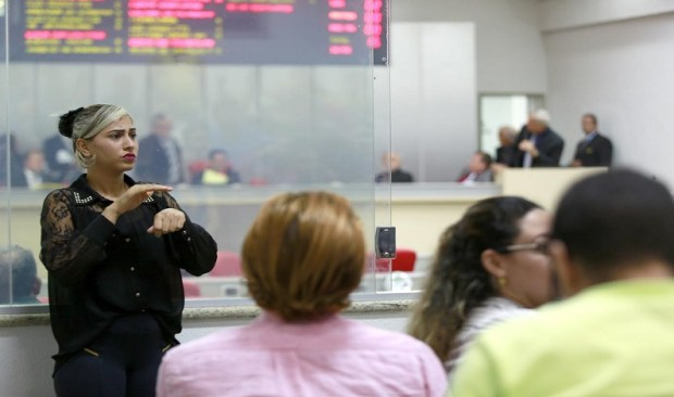 Léo Moraes ressalta projeto que obriga tradução simultânea das sessões da ALE em Libras