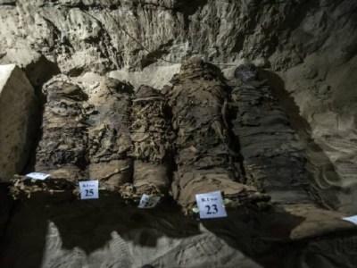Arqueólogos encontram 17 múmias em catacumba do Egito