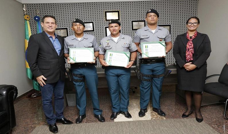 Maurão de Carvalho entrega homenagem a policiais militares de Monte Negro