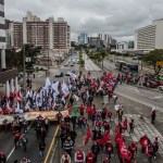 Carro fura bloqueio em protesto pró-Lula e atinge deficiente visual