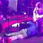 Cantor cai, morre no palco, mas a banda não percebe; veja vídeo