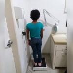 Menina torturada e escravizada pela mãe em SP passa por cirurgia