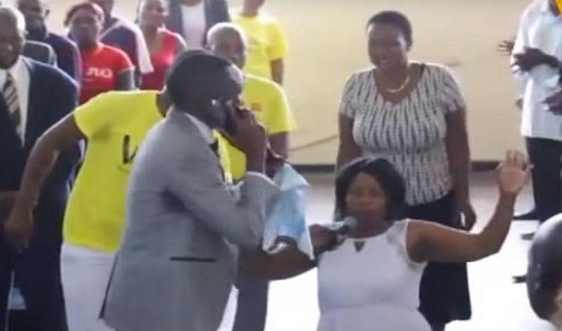 Pastor 'fala com Deus' no celular durante culto e vídeo viraliza; veja