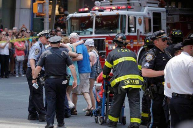 Socorristas ajudam feridos depois que um veículo atingiu pedestres em uma calçada na Times Square, em Nova York - 18/05/2017 (Jeremy Schultz/Reuters)