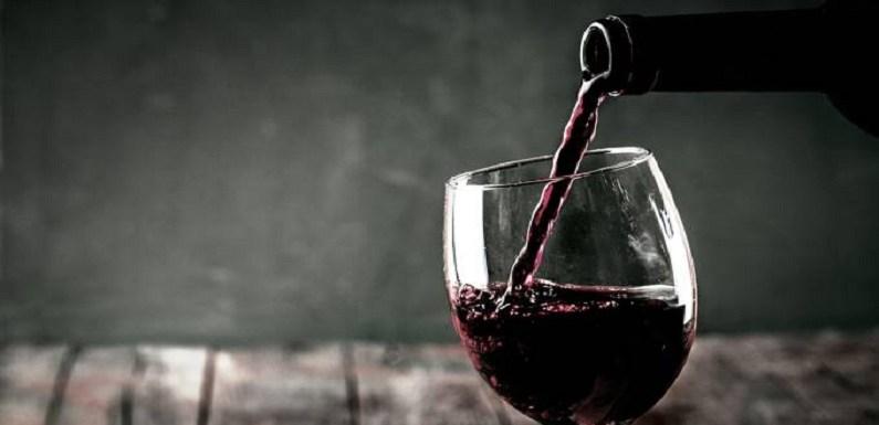Beber 2 taças de vinho por dia reduz risco de Alzheimer