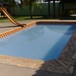 Criança de 2 anos é resgatada de piscina de clube após cinco minutos debaixo d'água