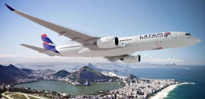 Latam começa a cobrar por malas e alimentos em voos no Brasil