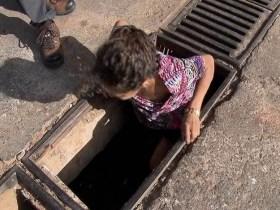 Usuária de drogas, moradora de rua vive há 7 anos dentro de boca de lobo no DF