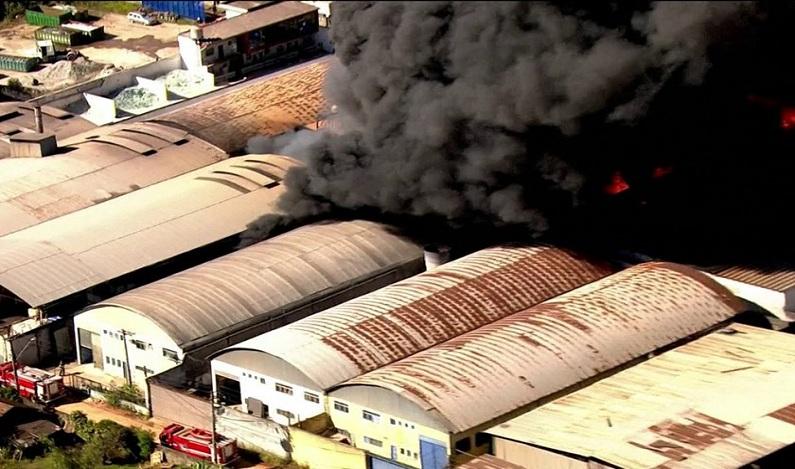 Bombeiros controlam incêndio em empresa de solventes em Guarulhos