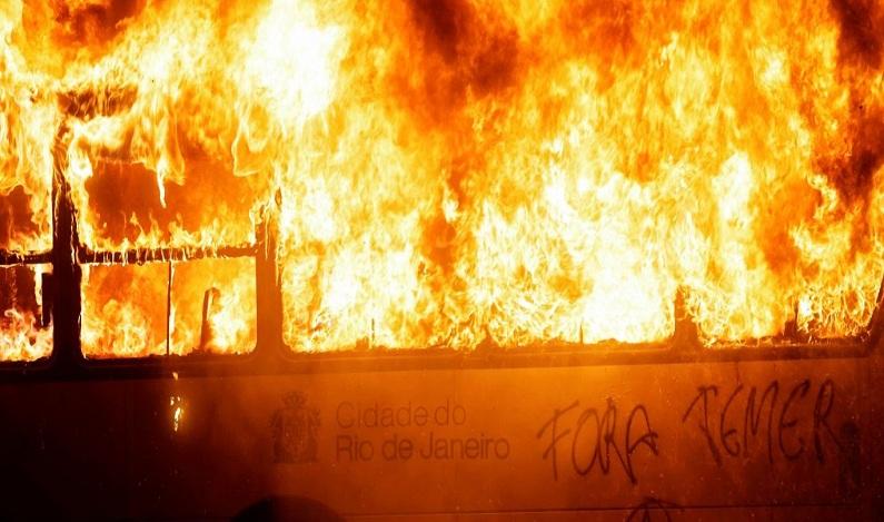 Sete ônibus são incendiados no Rio após ação da PM contra o tráfico de drogas