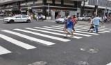 Gesto com braço feito por pedestre para atravessar a rua pode virar lei; vote