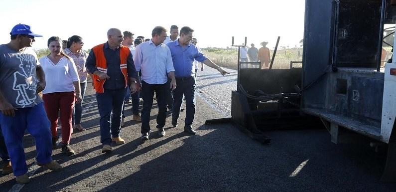 Luizinho Goebel e Maurão de Carvalho vistoriam recuperação do asfalto ligando Chupinguaia à BR 364