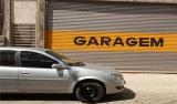 Estacionar em frente à garagem de comércio gera danos morais, diz TJ-DF