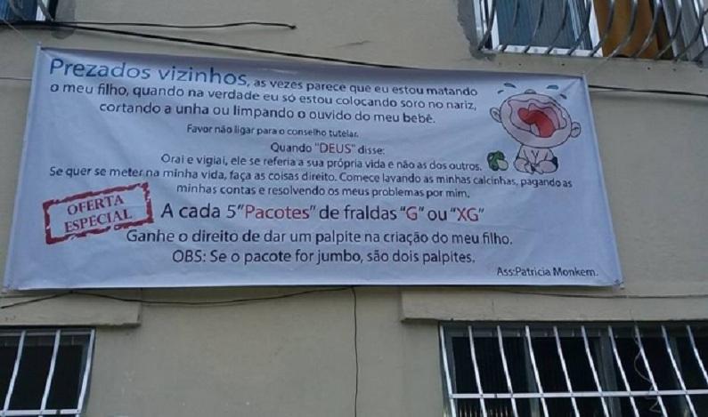 Mãe coloca cartaz em prédio contra vizinhos que se metem na criação de seu filho; vídeo