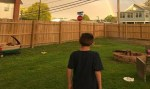 Após morte dos pais, garoto com autismo recebe fotos do mundo inteiro