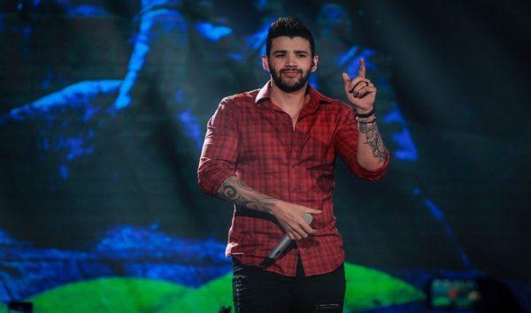 Gusttavo Lima convida artista de rua de Goiânia a cantar com ele. Veja