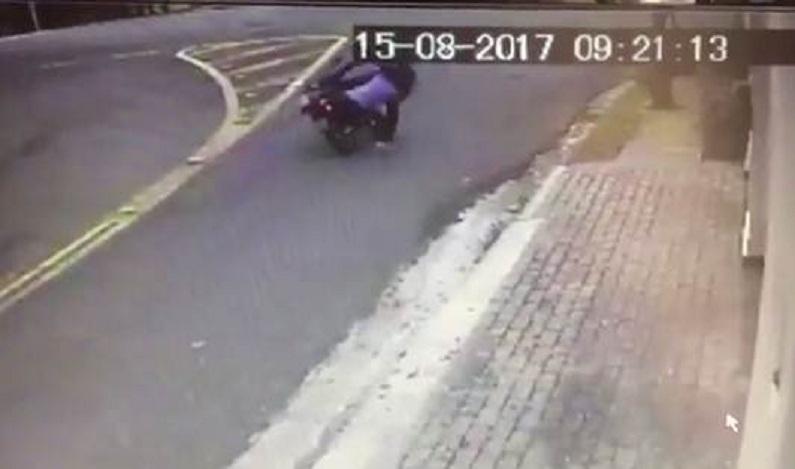 Bandido sequestra policial em moto e acaba morto após luta corporal