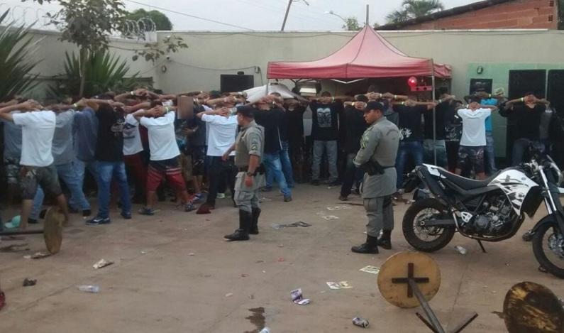 PM fecha festa 'open drogas' com dezenas de adolescentes, em Goiânia