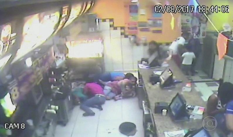 Unidade do McDonald's é metralhada no RJ após bandidos exigirem 40 sanduíches de graça; vídeo