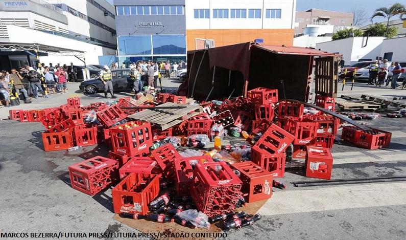 Caminhão tomba em faixa de pedestres e mata criança de 13 anos em SP