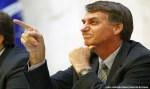 Bolsonaro debocha da orientação sexual de jornalista após ser xingado