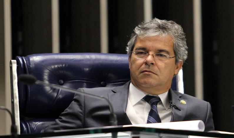 Bancada do PT no Senado vai se posicionar contra decisão do STF de afastar Aécio